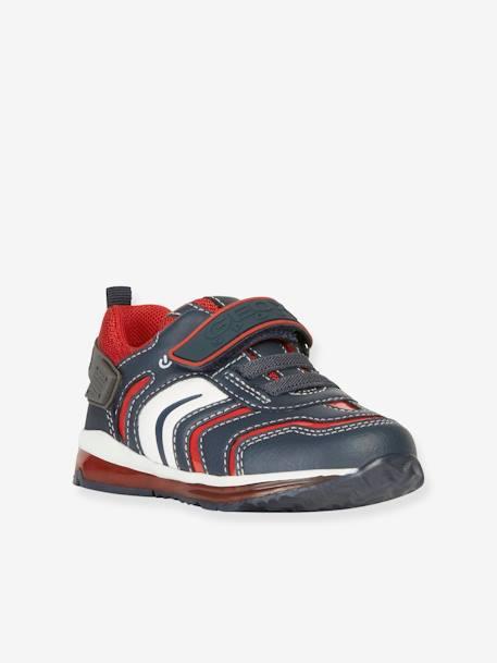 """Artikel klicken und genauer betrachten! - Perfekter Halt für kleine Laufanfänger: In den weichen Jungen Babysneakers lässt sich das Laufenlernen bequem angehen. Die atmungsaktive GEOX-Sohle sorgt dafür, dass dein Schatz dabei stets trockene Füße hat. Mit ihrem coolen Design stehen die Lauflernschuhe ,,richtigen"""" Schuhen in nichts nach! Trendiges Extra: Blinklichter am Schuh sorgen mit jedem Schritt für einen coolen Auftritt!   im Online Shop kaufen"""
